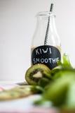 Grüner Smoothie mit Kiwi, Banane und Spinat Stockfotos