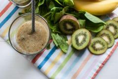 Grüner Smoothie mit Kiwi, Banane und Spinat Stockfotografie