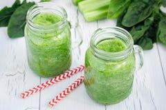 Grüner Smoothie mit Sellerie, Gurke, Spinat, Apfel und Zitrone auf einem weißen hölzernen Hintergrund Lizenzfreies Stockfoto