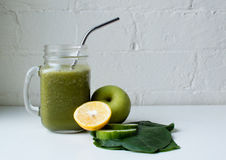 Grüner Smoothie mit Zitrone, Apfel und Spinat Lizenzfreies Stockbild