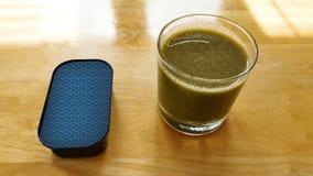 Grüner Smoothie und Tin Can des Lebensmittels lizenzfreie stockfotografie
