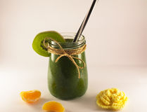 Grüner Smoothie vom Spinat und von der Kiwi auf einem weißen Hintergrund Lizenzfreie Stockfotografie