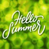 Grüner Sommerzeithintergrund mit bokeh Effekt und handgemachter Beschriftung Lizenzfreies Stockbild