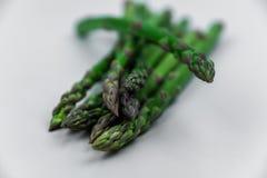 Grüner Spargel auf Weiß lizenzfreie stockfotos