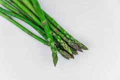 Grüner Spargel auf Weiß Stockfoto
