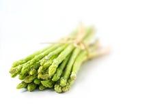 Grüner Spargel auf weißem Hintergrund Lizenzfreies Stockfoto