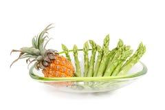 Grüner Spargel mit Ananas Stockfotografie