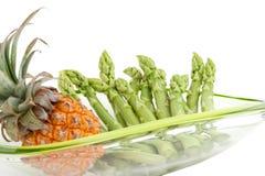 Grüner Spargel mit Ananas Stockfoto