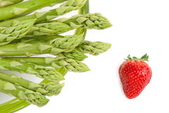 Grüner Spargel mit Erdbeere Lizenzfreie Stockfotos