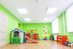 Grüner Spielraum im Kindergarten stockfotos