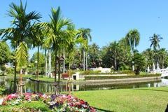 Grüner Stadtpark am sonnigen Sommertag Stockbild