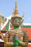 Grüner stehender Drache. Fragment von König Palace in Bangkok Lizenzfreies Stockfoto