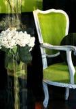 Grüner Stuhl im Speicher-Fenster lizenzfreies stockfoto