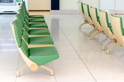 Grüner Stuhl in neuem Chitose-Flughafen, Chitose, Hokkaido, Japan Stockbild