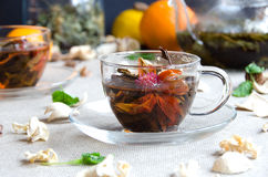 Grüner Tee in den Glasschalen mit Minze Lizenzfreie Stockfotografie