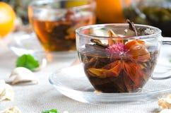 Grüner Tee in den Glasschalen mit Minze Stockfotos