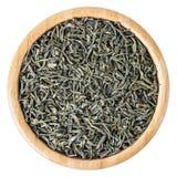 Grüner Tee in der hölzernen Schüssel lokalisiert auf weißem Hintergrund Lizenzfreies Stockfoto