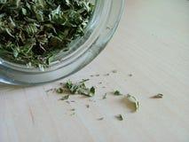 Grüner Tee, der heraus verschüttet wird stockfotos