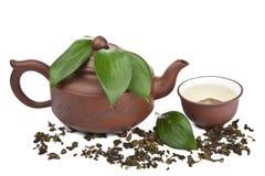 Grüner Tee in der Schale und in Topf lokalisiert Stockfoto