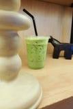 Grüner Tee des Eises in der Mitnehmerschale Stockbild