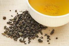 Grüner Tee des Schießpulvers Stockfoto