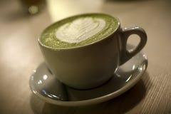 Grüner Tee in einem Glas Stockbild