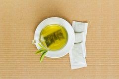 Grüner Tee in einem weißen Cup Stockfotografie
