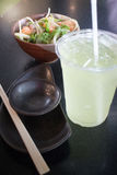 Grüner Tee-Getränk Salmon Spicy Salad And Colds lizenzfreies stockfoto