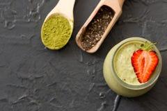 Grüner Tee Matcha chia Samenpudding, Nachtisch mit frischer Minze und Stockbild