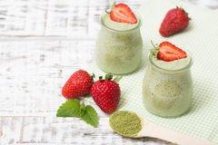 Grüner Tee Matcha chia Samenpudding, Nachtisch mit frischer Minze und Stockbilder