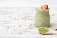 Grüner Tee Matcha chia Samenpudding, Nachtisch mit frischer Minze und Lizenzfreies Stockfoto