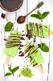 Grüner Tee matcha Minzeneis am stiel mit Schokolade und Kokosmilch Lizenzfreies Stockfoto