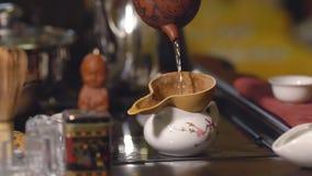 Grüner Tee mit Cup und Teekanne Meister gießt den Tee durch ein Sieb stock video footage