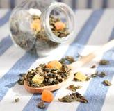 Grüner Tee mit getrockneten Früchten Stockfotos