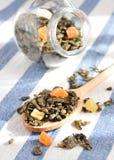 Grüner Tee mit getrockneten Früchten Lizenzfreie Stockfotografie