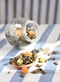 Grüner Tee mit getrockneten Früchten Stockbilder