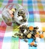 Grüner Tee mit getrockneten Früchten Lizenzfreies Stockfoto