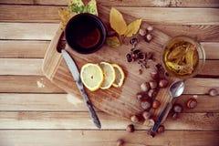 Grüner Tee mit Honig und Haselnüssen Lizenzfreie Stockfotografie