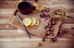 Grüner Tee mit Honig und Haselnüssen Stockbilder