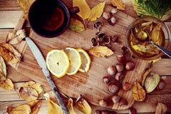 Grüner Tee mit Honig und Haselnüssen Lizenzfreie Stockbilder