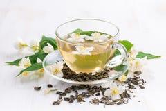 Grüner Tee mit Jasmin in der Glasschale Stockbild