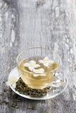 Grüner Tee mit Jasmin in einer Schale Lizenzfreies Stockfoto