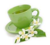 Grüner Tee mit Jasminblumen. Flacher DOF Stockbild