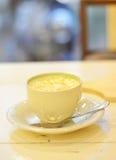 Grüner Tee mit Karamellschale auf einer weißen hölzernen Tabelle Lizenzfreies Stockfoto
