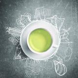 Grüner Tee mit Kreisökologiegekritzeln Skizzierte eco Elemente mit Schale grünem Tee Stockfoto