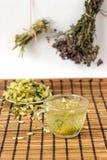 Grüner Tee mit Linde blüht in einer rustikalen Art Lizenzfreies Stockbild