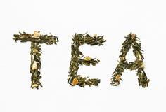 Grüner Tee mit orange Schale und Kamille auf weißem Hintergrund Lizenzfreies Stockfoto