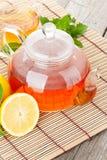 Grüner Tee mit Zitrone und Minze lizenzfreie stockfotografie