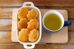 Grüner Tee und Eikuchen Lizenzfreie Stockbilder
