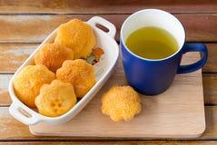 Grüner Tee und Eikuchen Stockfotografie